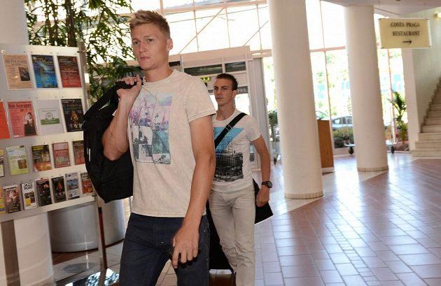 Spoluhráči z Plzně Václav Procházka (vpředu) a Vladimír Darida přichází na sraz české fotbalové reprezentace před přátelským utkáním s Maďarskem v NH Hotelu v Praze.