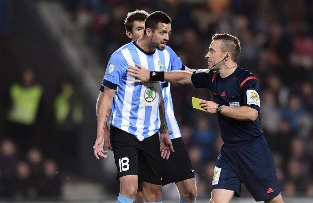Mladoboleslavskému útočníkovi Lukáši Magerovi se nelíbí, že rozhodčí Tomáš Kocourek hodlá některému z jeho spoluhráčů udělit žlutou kartu.