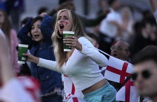 Anglická fanynka přeje úspěch borcům Albionu.