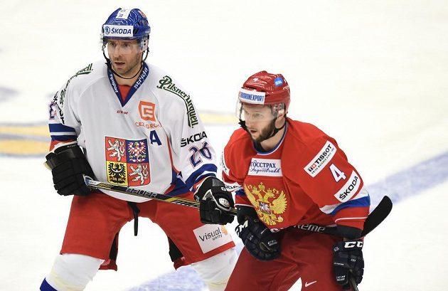Český útočník Martin Ručínský (vlevo) a ruský obránce Michail Grigorjev během utkání v rámci turnaje Euro Hockey Tour v Karlových Varech.