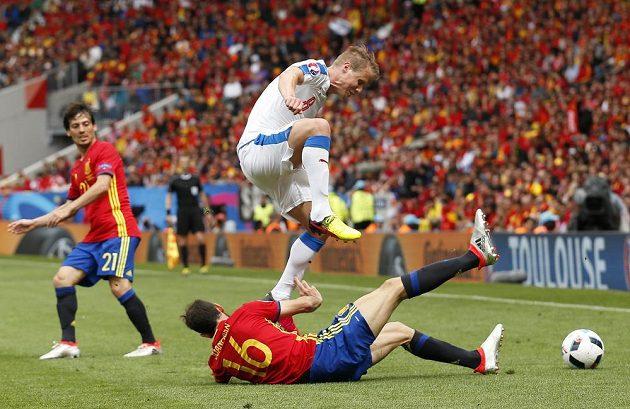 David Limberský (nahoře) v souboji se Španělem Juanfranem.