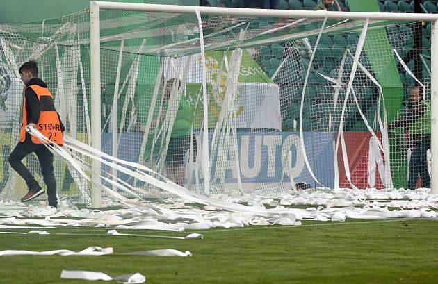 Úklid po fanoušcích Bohemians v utkání nejvyšší soutěže.
