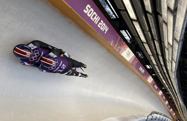 Američtí sáňkaři Christian Niccum (nahoře) a Jayson Terdiman při tréninku v olympijském ledovém korytu.