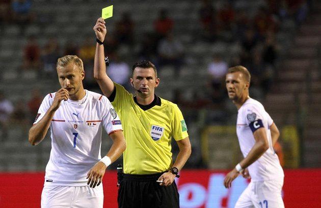 Český reprezentant Antonín Barák dostává žlutou kartu v kvalifikačním duelu s Belgií.