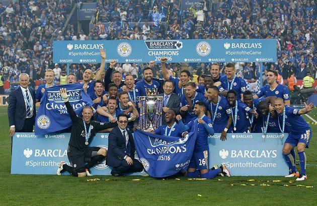 Tým Leicesteru slaví vítězství v Premier League