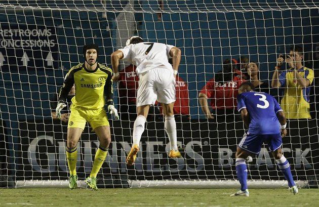Cristiano Ronaldo (uprostřed) z Realu Madrid střílí hlavou gól brankáři Chelsea Petru Čechovi.