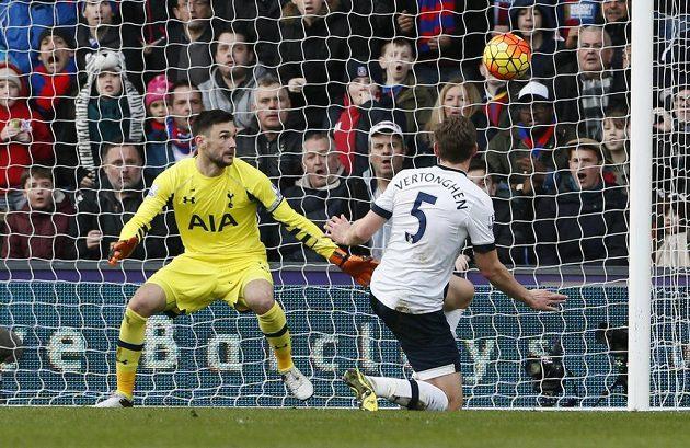 Belgický zadák Jan Vertonghen z Tottenhamu si dává vlastní gól v 23. kole anglické Premier League.