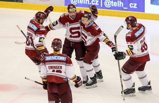 Hokejisté Sparty se radují z gólu na ledě třineckých Ocelářů.