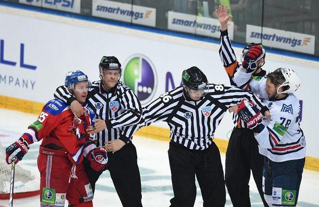 Sudí od sebe odtrhávají Jakuba Mataie ze Lva Praha (vlevo) a Jaroslava Chabarova z Magnitogorsku.