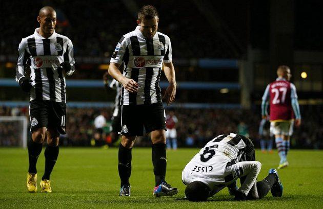 Papiss Cissé (třetí zleva) z Newcastlu United se raduje ze vstřelení gólu do sítě Aston Villy.