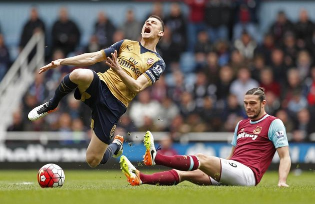 Stoper Arsenalu Laurent Koscielny (vlevo) a Andy Carroll z West Hamu v zápase 33. kola Premier League.