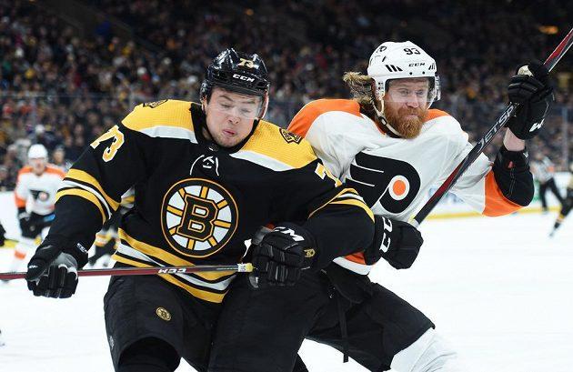 Obránce Bostonu Charlie McAvoy (73) v souboji s českým útočníkem Philadelphie Flyers Jakubem Voráčkem během utkání NHL.