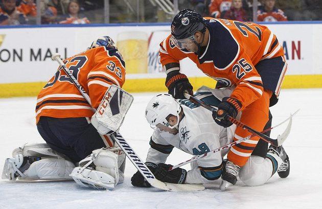 Český hokejista v dresu San Jose Tomáš Hertl (48) v souboji s Darnellem Nursem (25) z Edmontonu bojují o puk před brankou Cama Talbota (33) v zápase NHL.