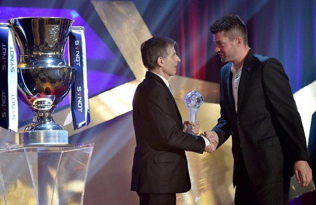 Matúš Kozáčik (vpravo), slovenský brankář mistrovské Plzně, převzal ocenění pro nejlepšího cizince Synot ligy 2014/2015.