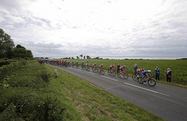 Cyklisté na trati první etapy Tour de France.