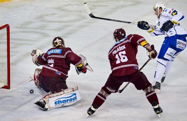 Útočník Brna Petr Ton (vpravo) překonává brankáře Sparty Rastislava Staňu. Přihlíží obránce Sparty Adam Polášek.