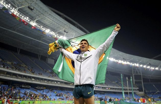 Brazilec Thiago Braz da Silva slaví senzační olympijské zlato ve skoku o tyči.