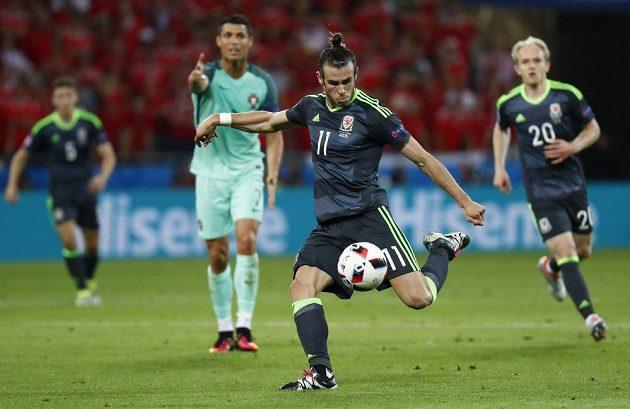 Velšan Gareth Bale se připravuje ke střele v zápase s Portugalskem.