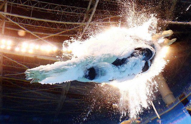 Americká plavkyně Lilly Kingová během finálového olympijského závodu na 100 metrů prsa.