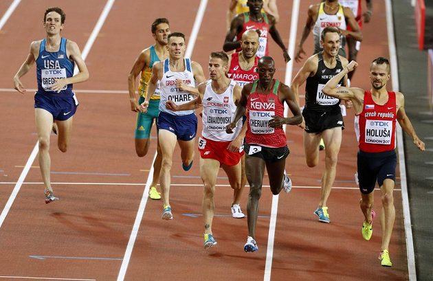 Jakub Holuša skvělým finišem ovládl semifinále na 1500 m při MS v Londýně.