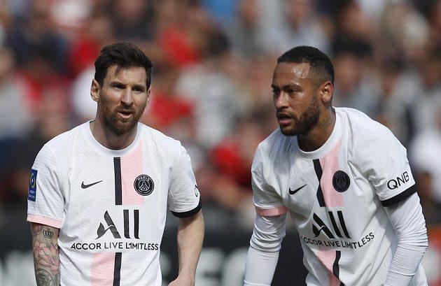Hvězdy PSG Lionel Messi (vlevo) a Neymar během zápasu v Rennes.