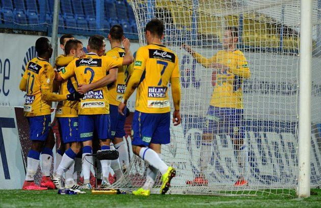 Tepličtí fotbalisté se radují z gólu proti Jablonci ve 14. kole Synot ligy.