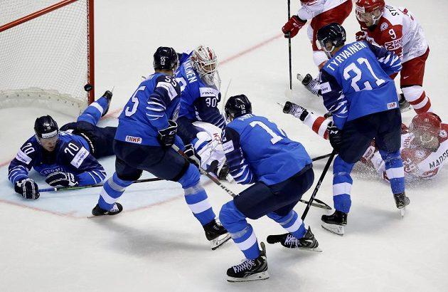 Dánský hokejista Morten Madsen skóroval v duelu s Finskem na mistrovství světa po tomto závaru.