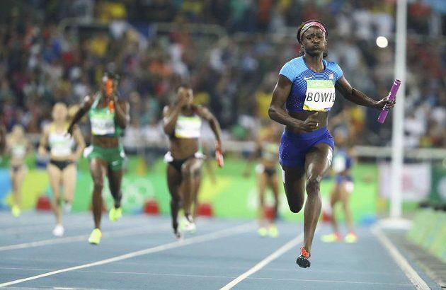 Americká sprinterka Tori Bowieová finišuje se štafetovým kolíkem pro zlato.