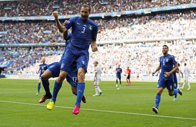 Italský obránce Giorgio Chiellini se raduje z branky, kterou vstřelil v osmifinále ME do španělské sítě.