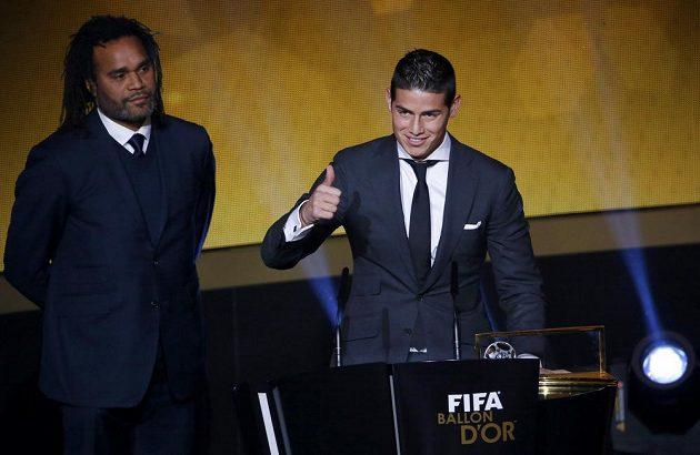 Kolumbijský fotbalista James Rodríguez, autor nejhezčího gólu roku v rámci vyhlášení ankety Zlatý míč FIFA 2014. Vlevo je bývalý slavný fotbalista Christian Karembeu.