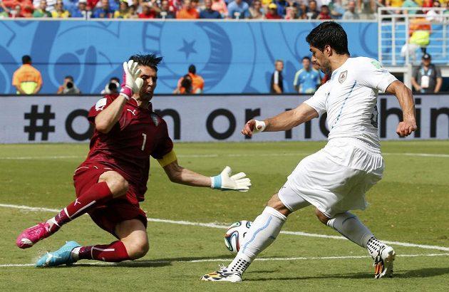 Takhle italský brankář Gianluigi Buffon zlikvidoval v první půli šanci uruguayského kanonýra Luise Suáreze.