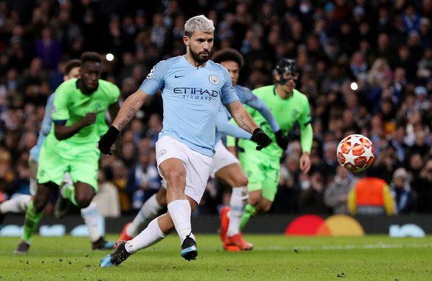 Útočník Manchesteru City Sergio Agüero zahrává penaltu proti Schalke.