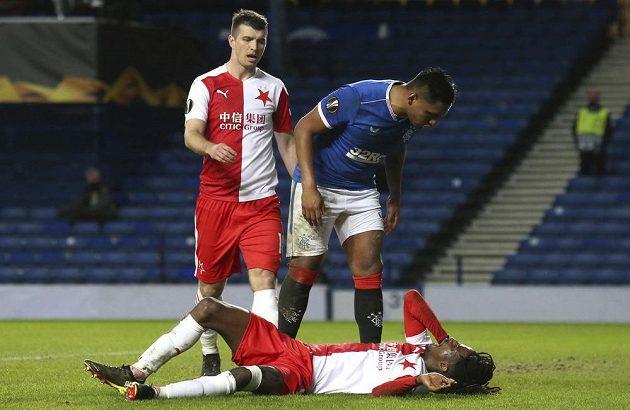 Copak si asi vyprávěli Alfredo Morelos (nahoře) z Glasgow Rangers a ležící slávista Peter Olayinka?