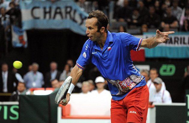 Bekhendový úder Radka Štěpánka v semifinálovém utkání Davis Cupu proti Juanu Mónakovi z Argentiny.
