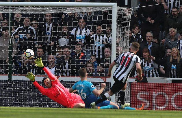 Brankář Arsenalu Petr Čech inkasuje druhý gól na hřišti Newcastlu, za který chytal kmenový hráč Sparty Martin Dúbravka.