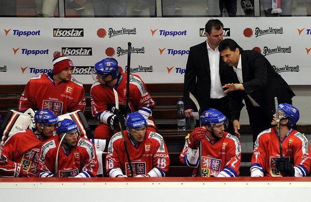 Trenér české reprezentace Vladimír Růžička (vpravo) a jeho asistent Jaroslav Špaček hovoří se svými svěřenci na střídačce v duelu s Norskem.