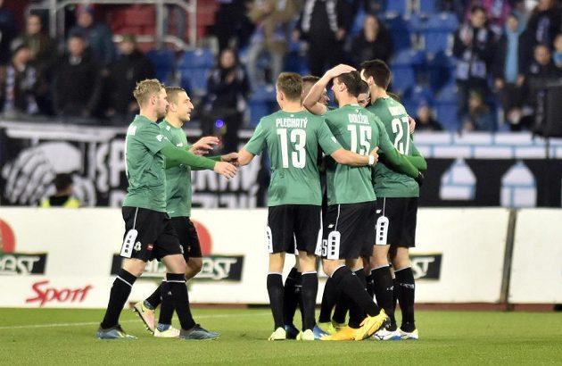 Fotbalisté Jablonce se radují z gólu, který vstřelil Vojtěch Kubista (vpravo).