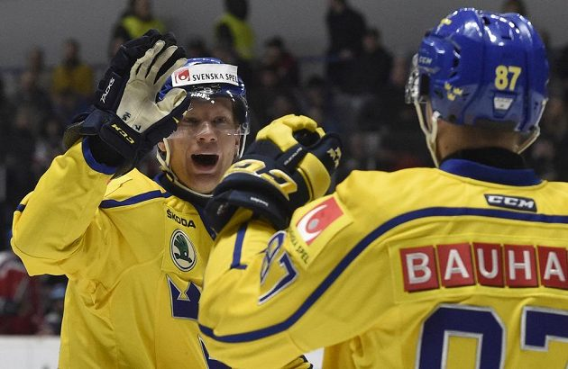 Zleva Richard Gynge a Robert Rosén ze Švédska se radují z gólu.