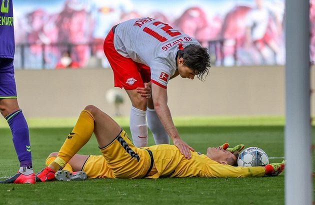 Patrik Schick z Lipska zdraví po zápase brankáře Alexandra Schwolowa z Freiburgu.