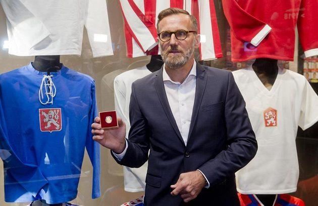 Bývalý fotbalista a vicemistr Evropy z roku 1996 Karel Poborský představil v Praze zlatou a stříbrnou pamětní minci s jeho portrétem.
