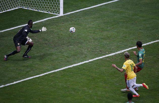 Brazilec Neymar dává gól proti Kamerunu.