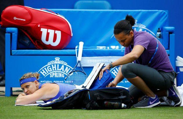 Ošetřovaná Lucie Šafářová ve čtvrtfinále v Birminghamu.