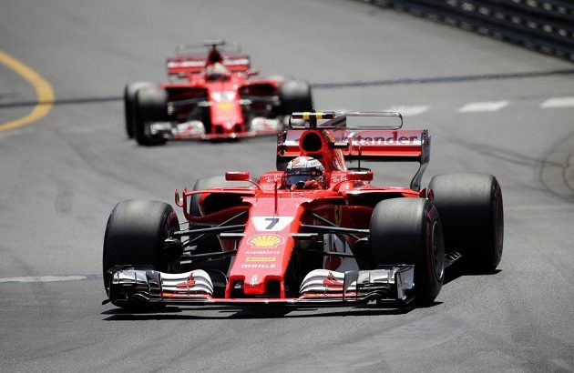 Fin Kimi Räikkönen v čele Velké ceny Monaka před Sebastian Vettelem.