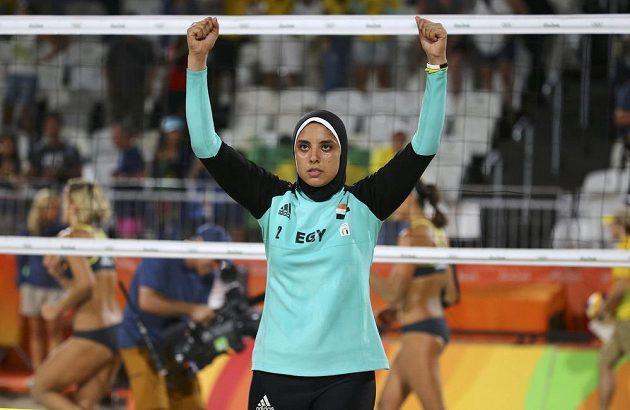 Egyptské plážové volejbalistky na turnaji v Riu. Na první pohled mají odlišné sportovní oblečení od ostatních hráček.