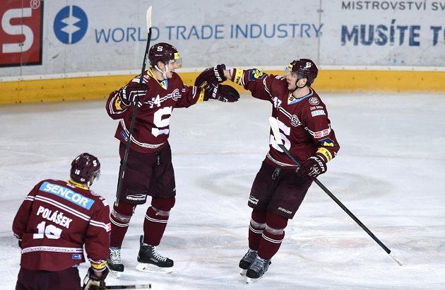 Hokejisté Sparty Praha Daniel Přibyl (vlevo) a Jan Buchtele oslavují gól na 1:1 proti Pardubicím.