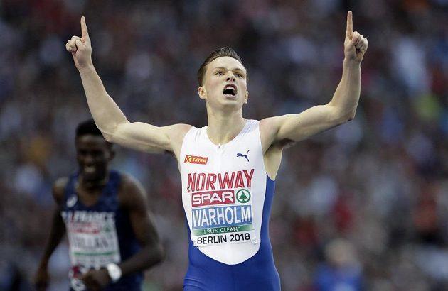 Norský fenomén Karsten Warholm se raduje po triumfu v běhu na 400 m překážek.