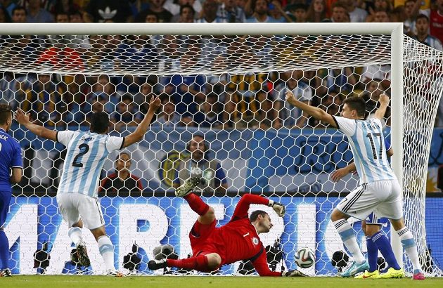 Argentinci Ezequiel Garay a Federico Fernandez jásají, Bosna si hned na úvod dala vlastní gól...