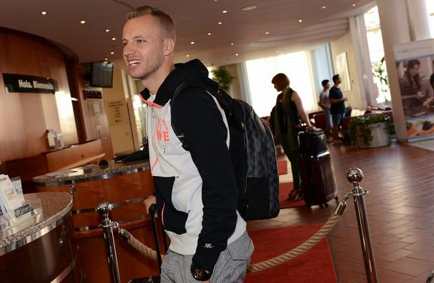 Obránce Michal Kadlec přichází na sraz české fotbalové reprezentace před přátelským utkáním s Maďarskem v NH Hotelu v Praze.