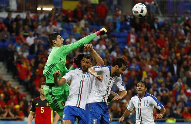 Belgický brankář Thibaut Courtois zasahuje v zápase proti Itálii.