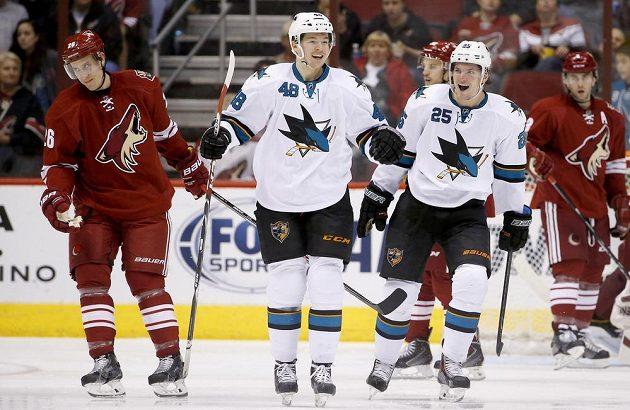 Tomáš Hertl ukončil měsíční čekání na gól a na ledě Arizony přispěl k výhře Sharks 3:2.